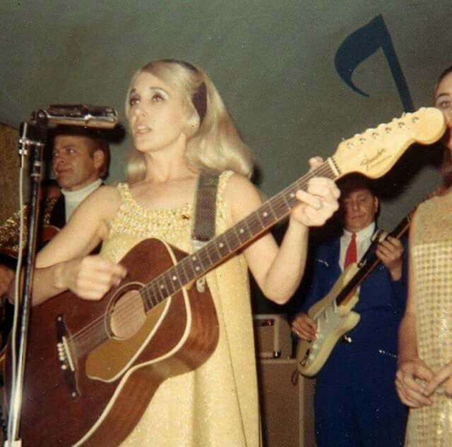 Tammy Wynette with Don and Donna Chapel behind her